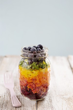 pimiento: Rainbow salad in a glass with beetroot, carrots, yellow peppers, lettuce and blueberries