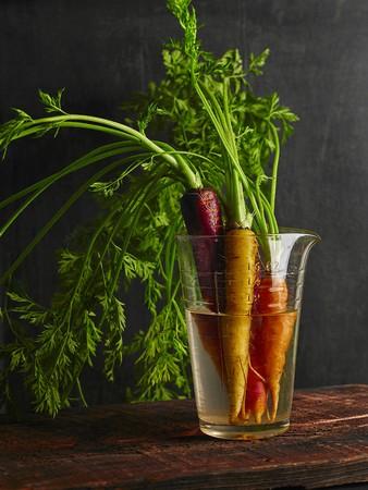 vaso de precipitado: Various carrots in a glass of water