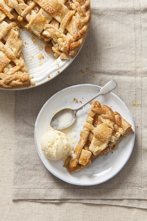 pip: A piece of apple pie with vanilla ice cream on a plate (top view)