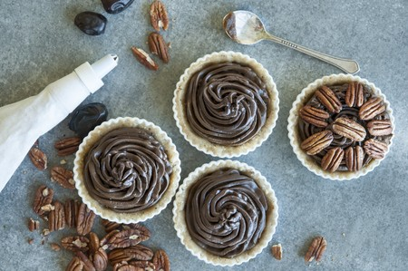 No-bake chocolate and pecan tart (seen from above) LANG_EVOIMAGES