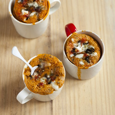 Savoury pizza mug cakes with olives, tomato and cheese LANG_EVOIMAGES
