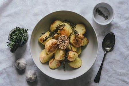 Potatoes with garlic and rosemary (top view) LANG_EVOIMAGES