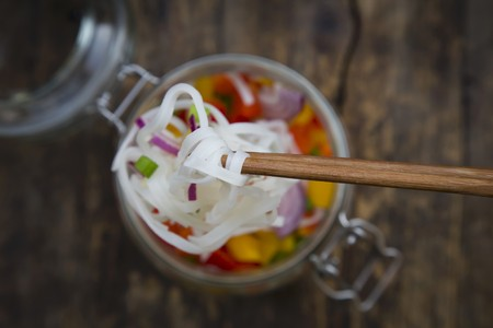 pimiento: Glass noodle salad with yellow and red pepper, spring onion and red onion