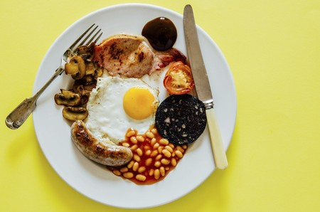 An English breakfast on a plate LANG_EVOIMAGES