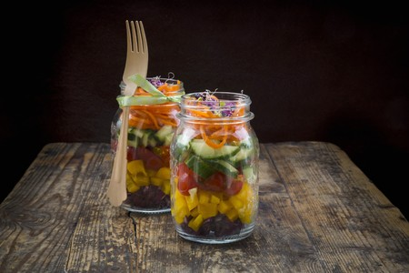 pimiento: Rainbow salad in glass jars with red cabbage, yellow pepper, tomato, cucumber, carrots and beetroot sprouts LANG_EVOIMAGES