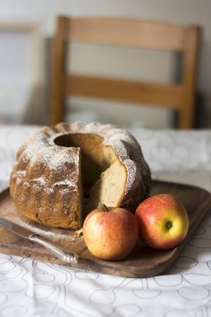 pip: Apple gugelhupf, sliced, on a wooden tray LANG_EVOIMAGES