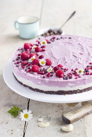 Raw cheesecake with a cashew and raspberry cream LANG_EVOIMAGES