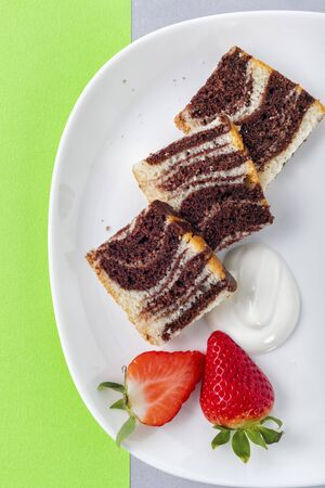 Marble cake with fresh strawberries LANG_EVOIMAGES