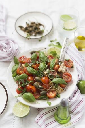 Ensalada de tomate con alcaparras gigantes y albahaca LANG_EVOIMAGES