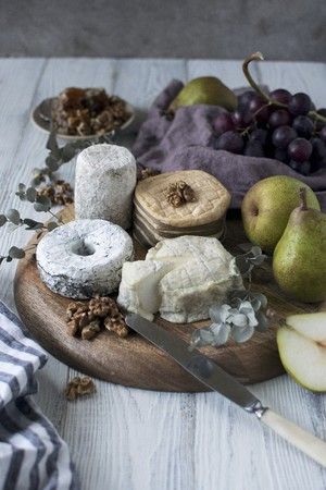 pip: An arrangement of cheese with pears and nuts LANG_EVOIMAGES