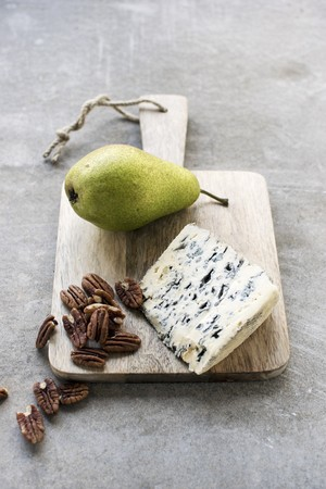roquefort: Roquefort, pecan nuts and a fresh pear on a wooden board LANG_EVOIMAGES