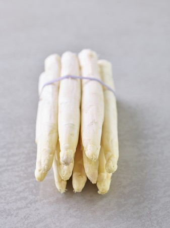 whiteness: A bunch of white asparagus LANG_EVOIMAGES