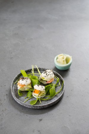 crossover: Three mini sushi burgers with purslane and ginger in a bowl