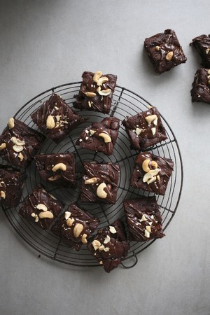 Brownies with cashew nuts on a cake rack LANG_EVOIMAGES