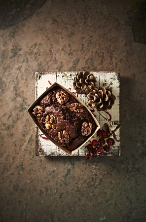 choc: Chocolate cake with walnuts for Christmas LANG_EVOIMAGES
