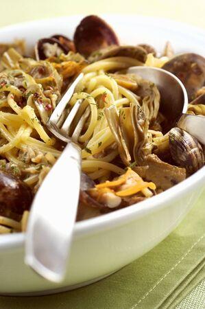almeja: Spaghetti vongole with artichokes (close-up)