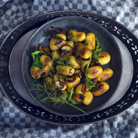 Vegan fried potatoes with mushrooms, rocket and dill