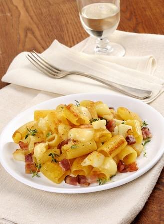 pancetta cubetti: Mezzemaniche con pancetta, formaggio e timo