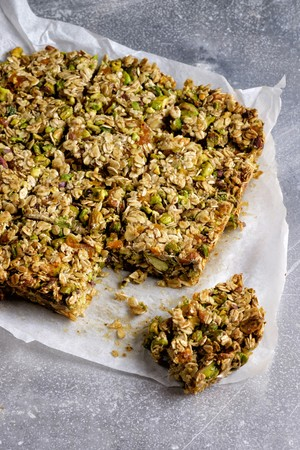 Muesli bars with pistachio nuts and flaxseeds