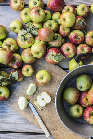 pip: Fresh organic apples, whole and sliced LANG_EVOIMAGES