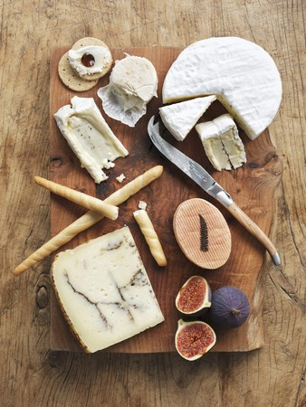 gressins: A cheeseboard with fresh figs, breadsticks and crackers (seen from above)