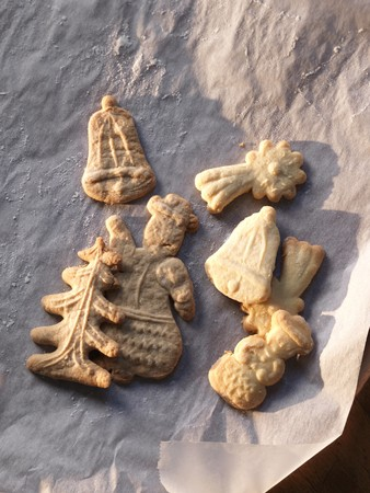 foil: Spekulatius (German Christmas shortcrust biscuits) on baking paper LANG_EVOIMAGES