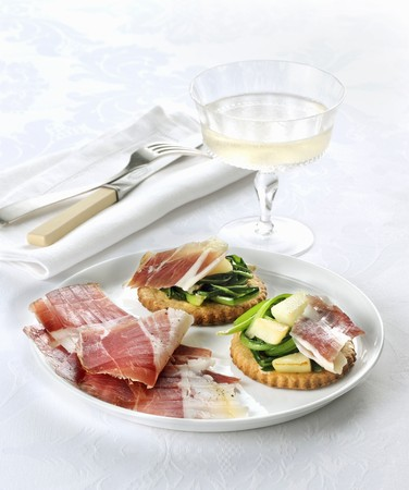 Shortcrust tartlets with vegetables, pears and raw ham LANG_EVOIMAGES