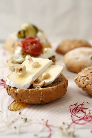A Camembert roll with hazelnuts and honey LANG_EVOIMAGES