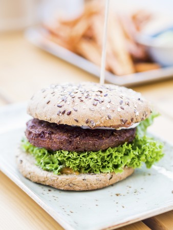 A vegetarian burger in a wholemeal bun LANG_EVOIMAGES