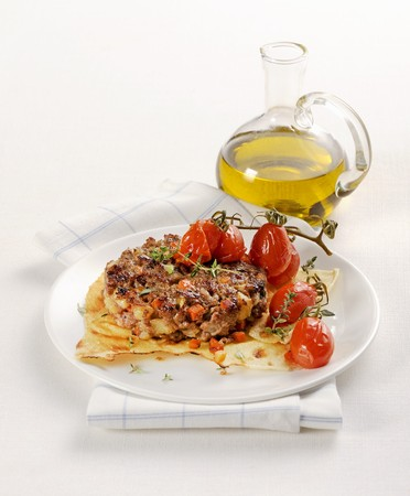 Hamburger on Sardinian bread with braised tomatoes LANG_EVOIMAGES