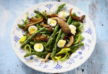 Green asparagus with fried oyster mushrooms and quails eggs LANG_EVOIMAGES