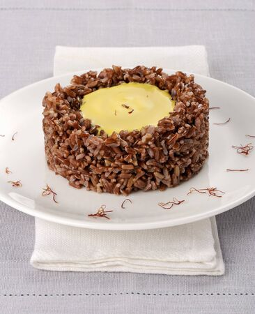 napkin ring: Red rice with a saffron cheese cream