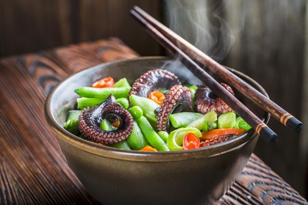 Steaming vegetables with noodles and squid (Asia) LANG_EVOIMAGES