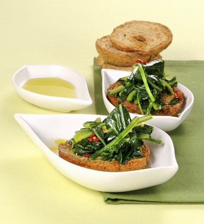 napkin ring: Friselle con le cime di rapa (bread crisps with steamed rapini, Italy) LANG_EVOIMAGES