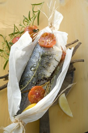 foil: Fish in parchment paper with liquorice, herbs and tomatoes LANG_EVOIMAGES