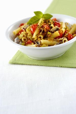 Maccheroni con pomodorini acciughe e basilico (pasta with cherry tomatoes and anchovies, Italy) LANG_EVOIMAGES