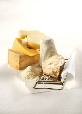 foil: Five grateable hard cheeses, grated cheese and a cheese grater LANG_EVOIMAGES