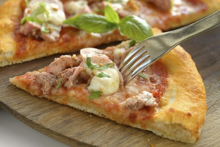 Chicken tandoori pizza (close up)