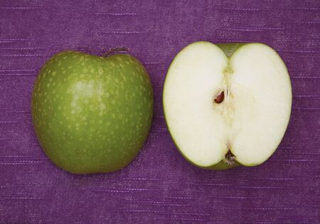 granny smith: A halved Granny Smith apple LANG_EVOIMAGES