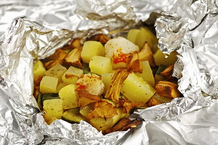 st: Scallops with courgettes and chanterelle mushrooms cooked in aluminium foil