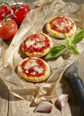 foil: Mini pizzas with tomato sauce and cheese