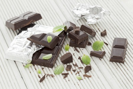 foil: Chocolate and mint leaves LANG_EVOIMAGES