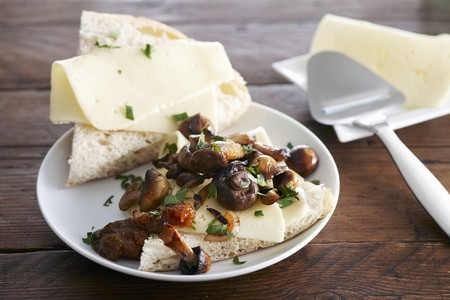 parer: Unleavened bread with cheese, mushrooms and fig chutney