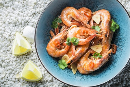 Prawns with garlic, parsley, chilli peppers and lemons LANG_EVOIMAGES
