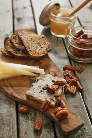 Cheese with grilled bread and roasted pecan nuts LANG_EVOIMAGES