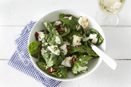 Spinach salad with goat cheese and pomegranate seeds LANG_EVOIMAGES