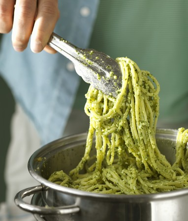 Spaghetti with pesto in a pot LANG_EVOIMAGES