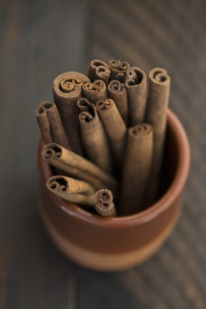 Cinnamon sticks in a terracotta pot (seen from above) LANG_EVOIMAGES