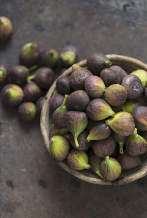 Fresh blue figs in a wooden bowl LANG_EVOIMAGES