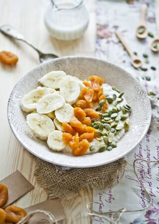 apricot kernels: Millet flakes of almond milk, bananas, dried apricots and pumpkin seeds LANG_EVOIMAGES